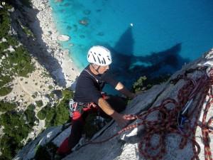 Uomo scala l'Aguglia a piombo sul mare
