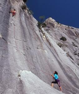 Ragazzi scalano una parete di roccia