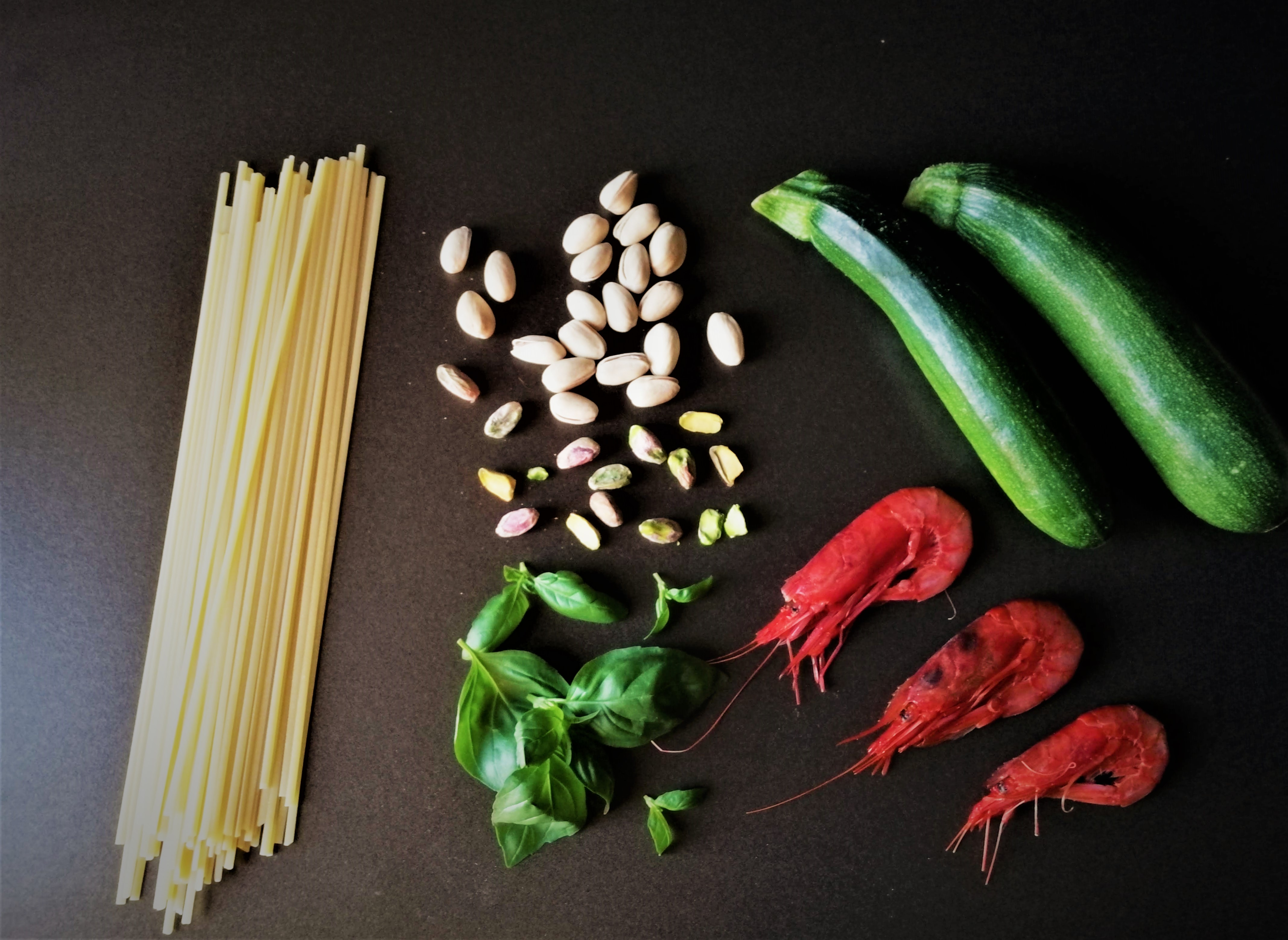 Ingredienti linguine gamberi, zucchine e pesto di pistacchi